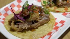 Receta de tacos de cordero con cebollitas encurtidas y guacamole