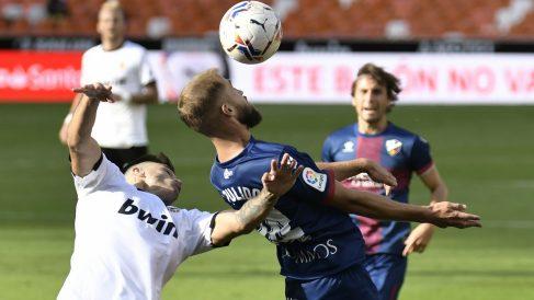 Valencia y Huesca empatan a uno en Mestalla. (AFP)