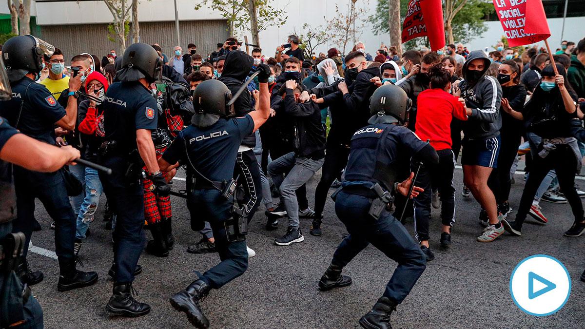 Inicio de la carga policial en Vallecas frente a la Asamblea de Madrid. (Foto: Efe)