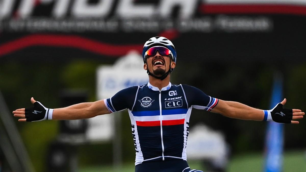 Alaphilippe celebra su triunfo en el Mundial de ciclismo. (AFP)