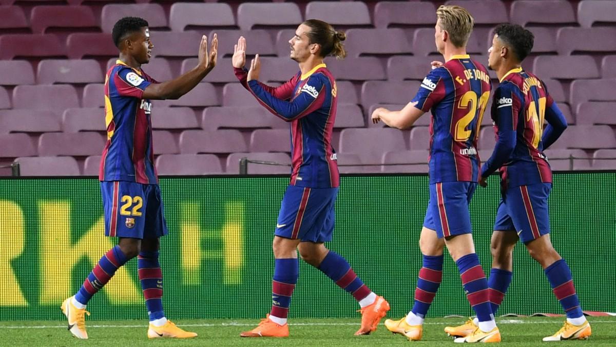 Los jugadores del Barcelona celebran un gol de Ansu Fati ante el Villarreal. (AFP)