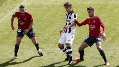 Bardhi pugna con dos jugadores de Osasuna. (EFE)