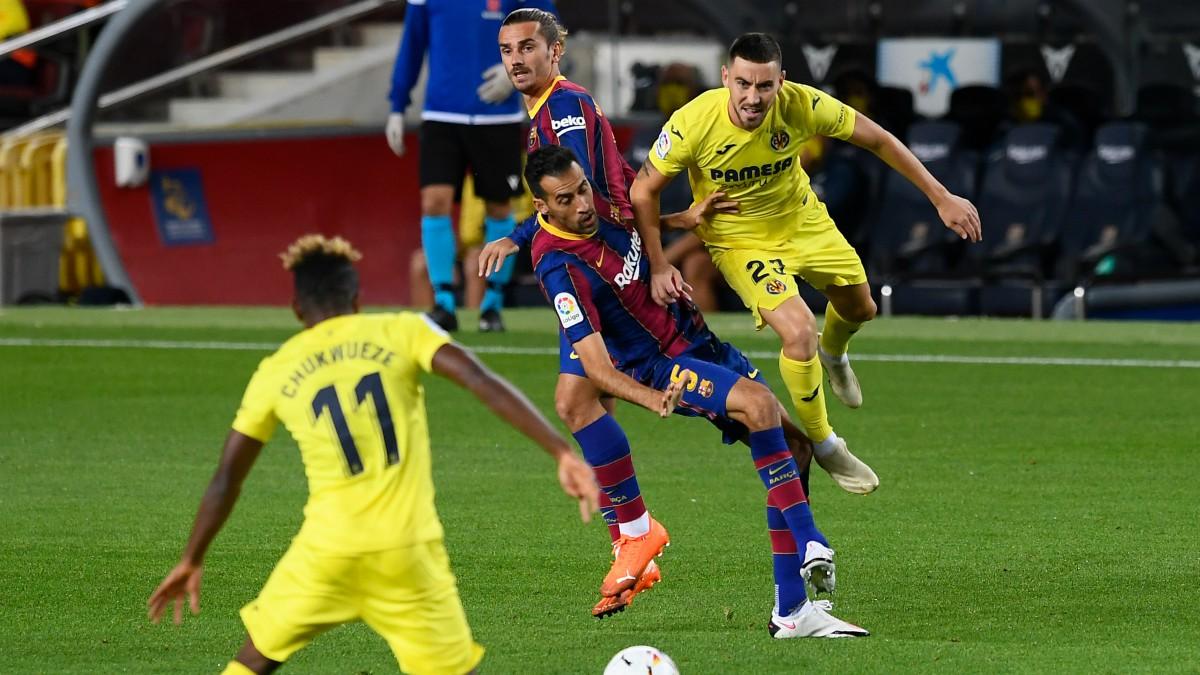Busquets pelea un balón con Moi Gómez. (AFP)