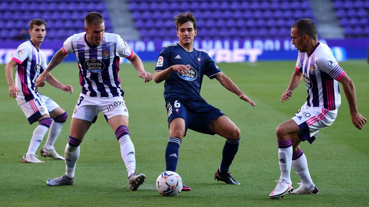 Los jugadores del Valladolid y Celta disputan un balón. (Getty)