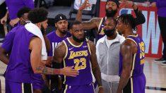 LeBron, junto a sus compañeros al término del partido. (Getty)
