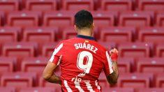 Luis Suárez celebra uno de sus goles en su debut con el Atlético. (AFP)