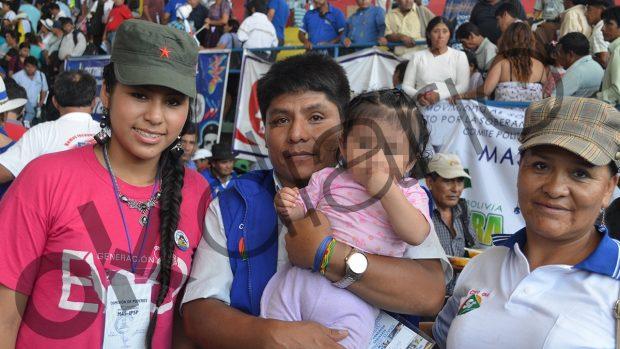 La hija secreta de Evo Morales acompañada de su madre, su abuela y Leonardo Loza, candidato a senador por el MAS.