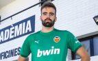 Unai Etxebarria posa con la camiseta del Valencia.