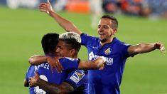 Los jugadores del Getafe celebran uno de los goles al Betis. (EFE)