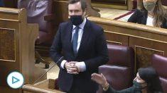 La diputada de Vox Macarena Olona instando a la bancada del PSOE a guardar silencio.