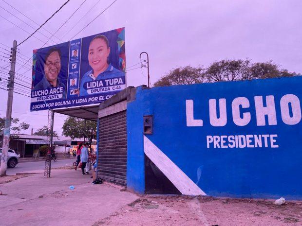 Exterior del taller de la madre de la hija secreta de Evo Morales plagado de publicidad de su partido político.