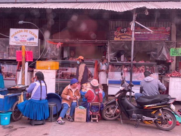 Mercado de la calle Yatebute de Cacuíba, a escasos metros del taller mecánico del suegro de Evo Morales.