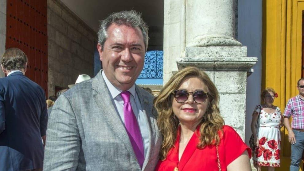El alcalde socialista Juan Espadas, junto a su mujer Carmen Ibanco García