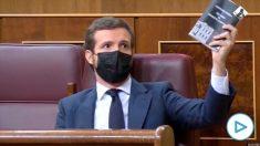El líder del PP, Pablo Casado, con el Reglamento del Congreso en la mano tras ser amordazado por Batet.
