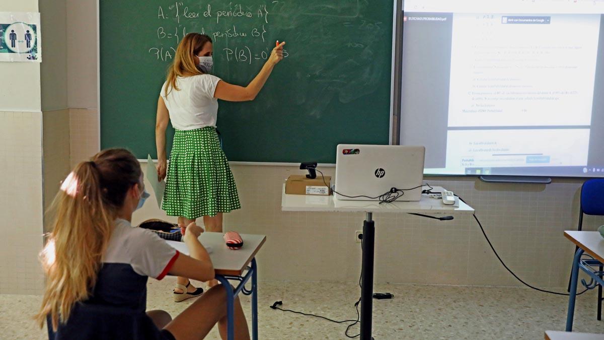 Una alumna atiende durante una clase semipresencial de Matemáticas impartida por la jefa de Estudios, Celeste Molinero a alumnos de 4º de la ESO en el Colegio Ábaco, en Madrid (España). Foto: EP
