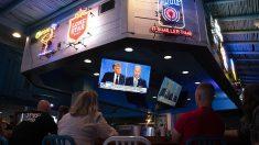 Imagen de un grupo de personas asistiendo al debate electoral entre el presidente de Estados Unidos, Donald Trump, y el candidato demócrata, Joe Biden..