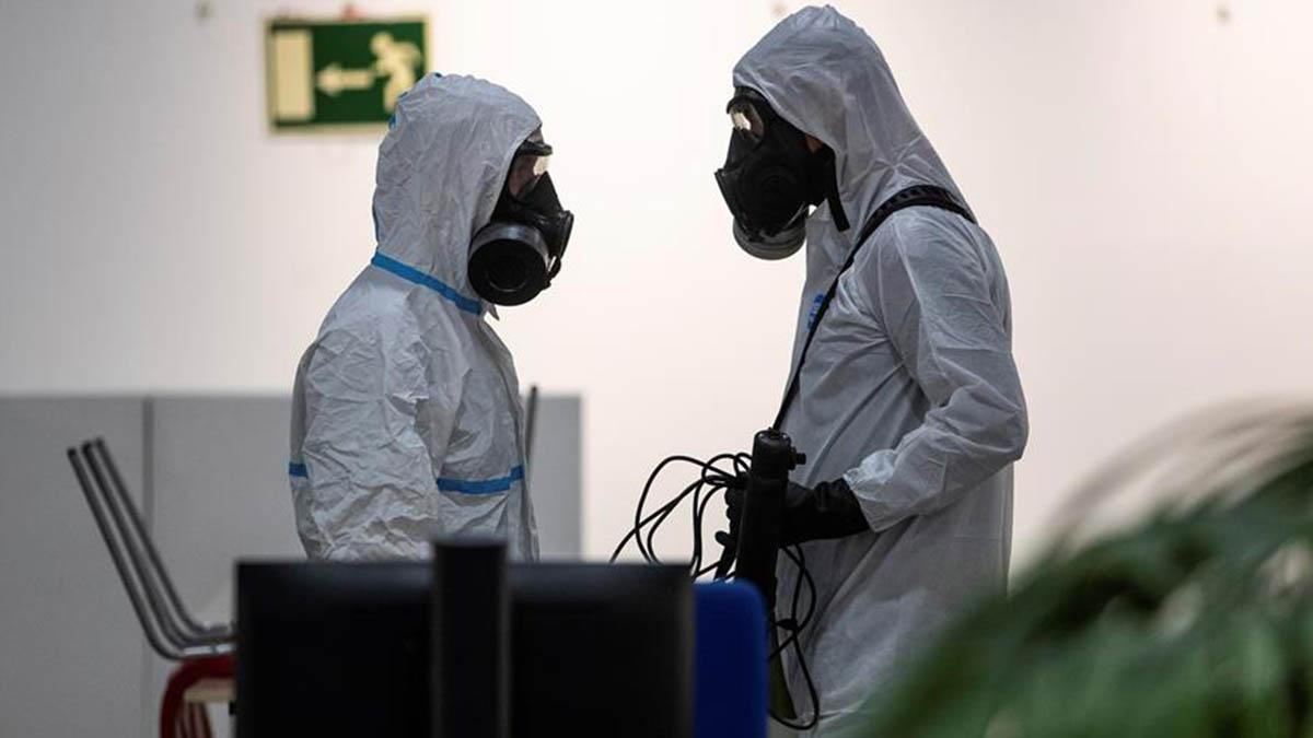 Miembros de la Unidad Militar de Emergencias (UME) realizan labores de desinfección en el centro cultural Lope de Vega en Madrid.