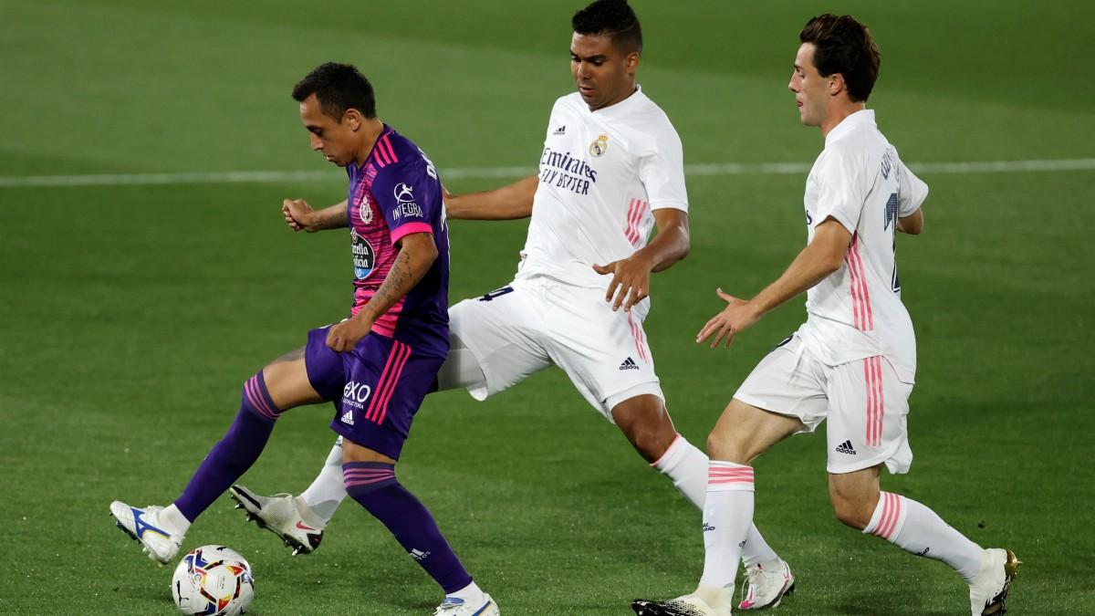 Orellana protege un balón ante Casemiro y Odriozola en el Real Madrid-Valladolid. (EFE)