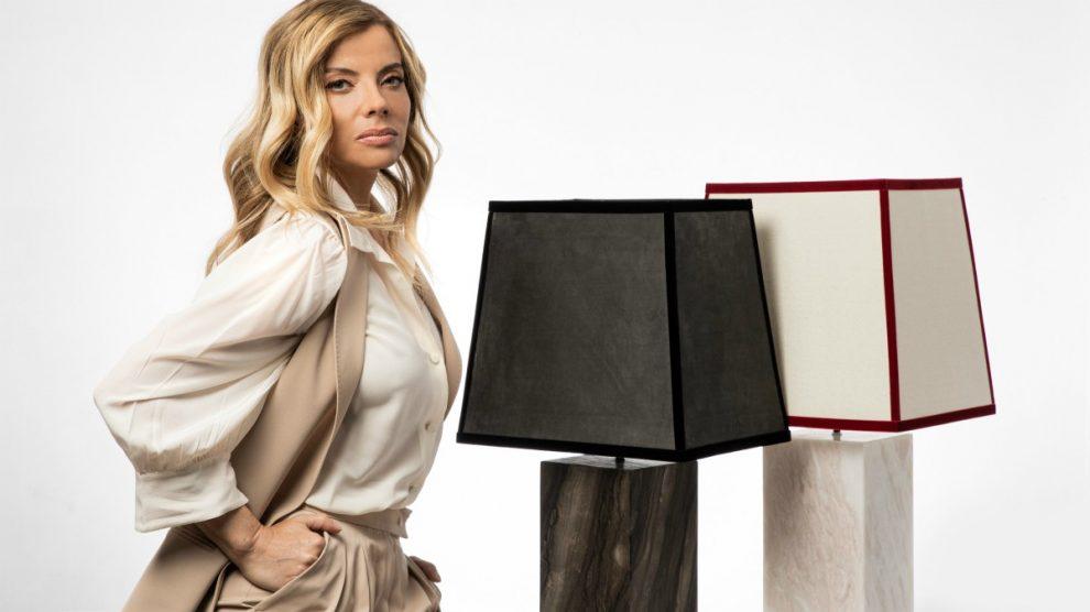 Raquel Oliva y algunas lámparas de su colección.