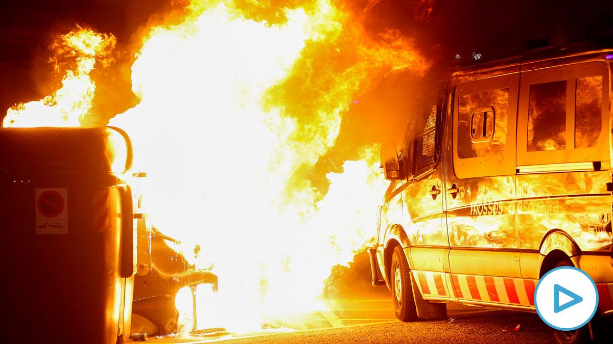 Barricada en llamas tras el incendio de contenedores por parte de los cachorros de la CUP en Barcelona. (EFE)
