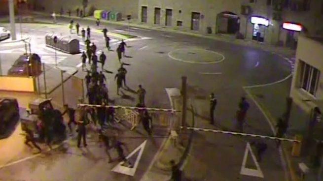 Unos 80 inmigrantes ilegales y menas asaltan un ferry y agreden a policías en Melilla para llegar a la península