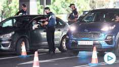 Imágenes de archivo de agentes de la Policía Municipal de Madrid realizando controles de movilidad en el distrito de Puente de Vallecas, en Madrid. (Foto: Europa Press)
