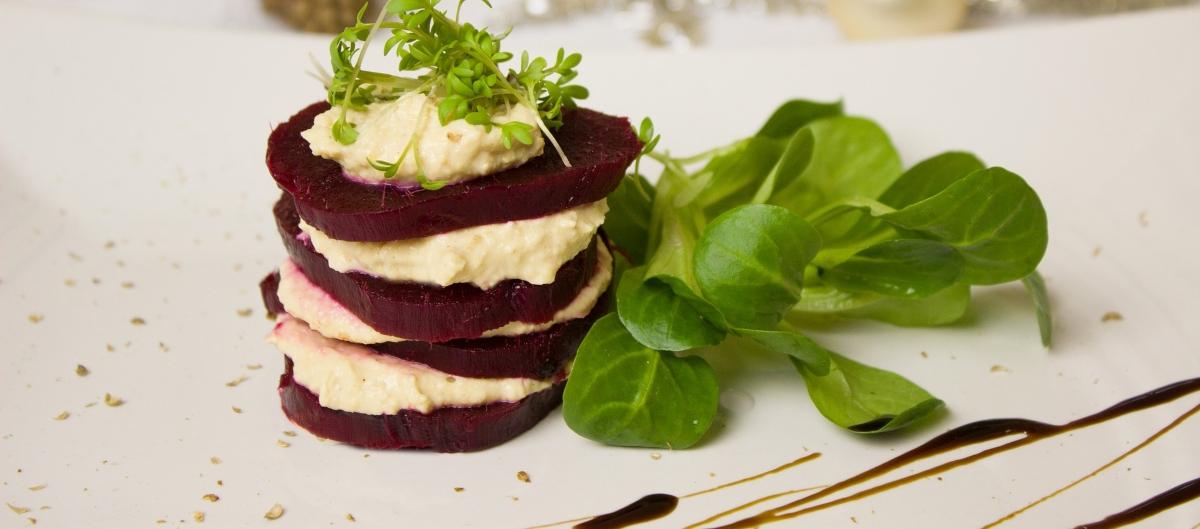 lasaña de hummus con remolacha