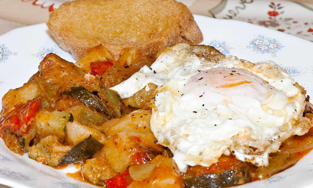 Receta de tentador pisto con huevos escalfados que no engorda