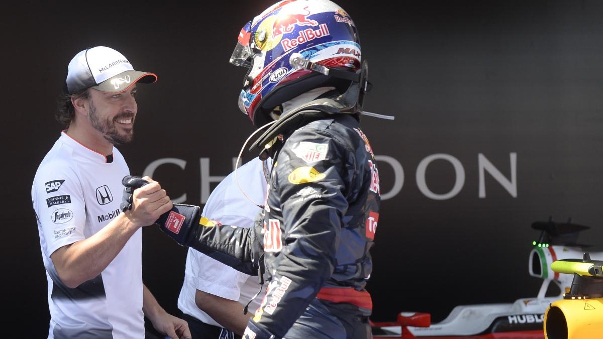 Fernando Alonso y Verstappen se saludan. (AFP)