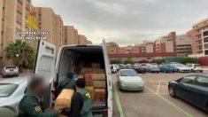 Agentes de la Guardia Civil cargan los fardos de droga incautados en Almería.