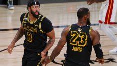 Davis y Lebron se saludan en los playoffs de la NBA. (AFP)