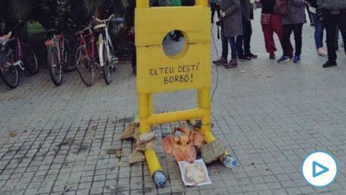 La guillotina instalada por los independentistas, con una cabeza de cerdo, en la Plaza Urquinaona de Barcelona.