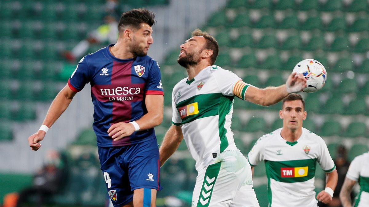 Rafa Mir golpea de cabeza un balón en el Elche-Huesca. (EFE)