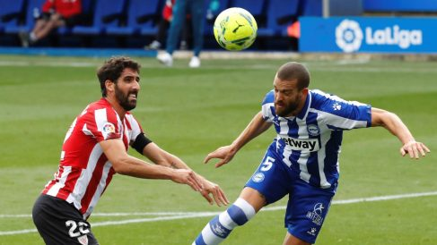 Laguardia despeja un balón ante Raúl García. (EFE)