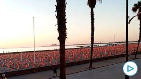La playa de La Patacona de Valencia con 53.000 banderas de España por los muertos del coronavirus