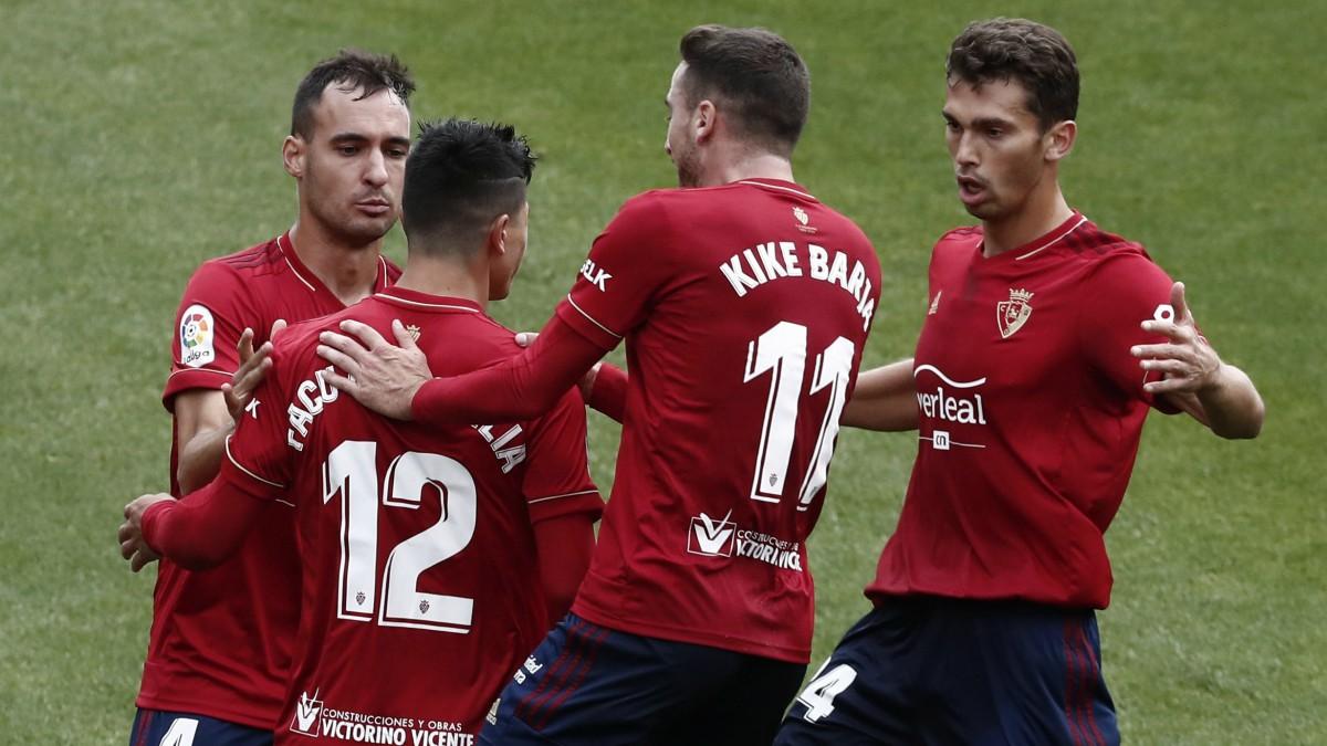 Los jugadores de Osasuna celebran el gol de Roncaglia. (EFE)