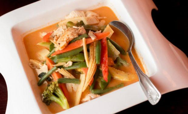 Pollo al curry con salsa de leche, receta india fácil de preparar