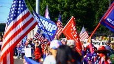 Seguidores de Trump concentrados frente al hospital Walter Reed, donde está ingresado el presidente de EEUU.