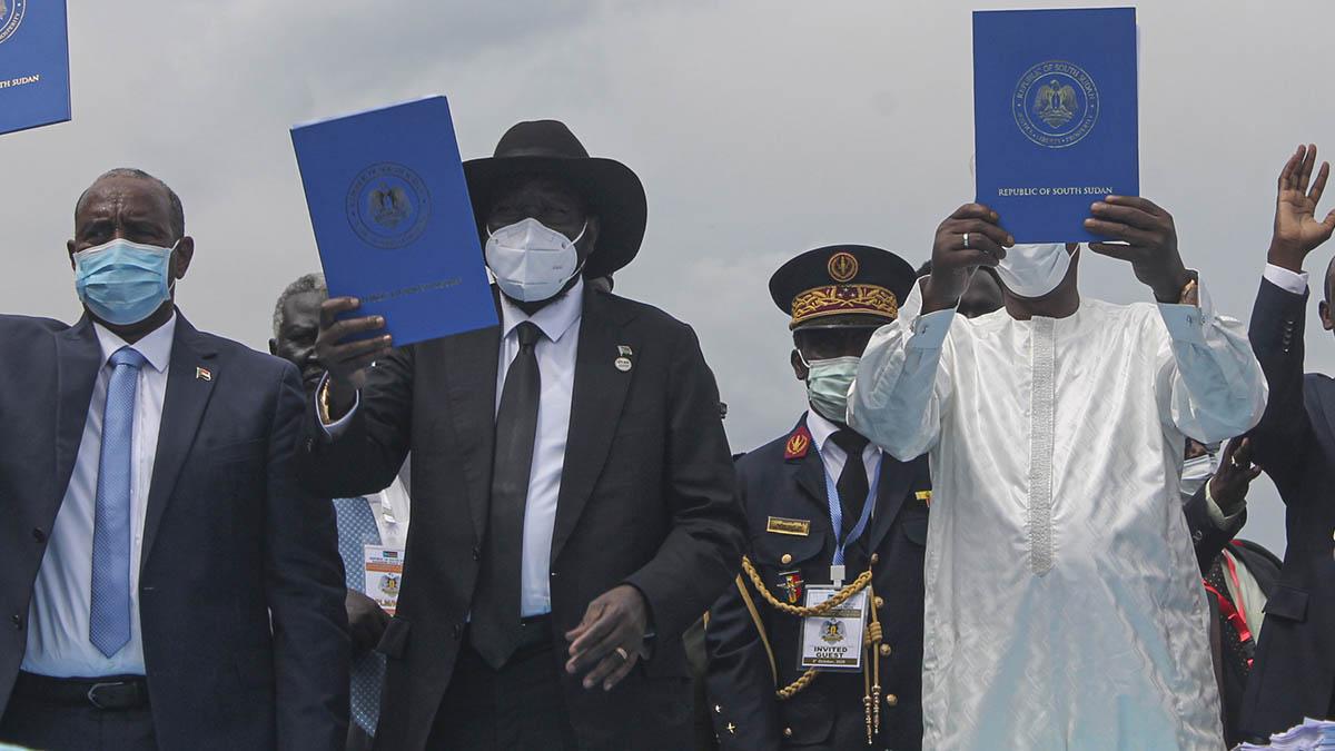 El presidente de Consejo Soberano de Sudán, Abdel Fattah al-Burhan; el presidente de Sudán del Sur, Salva Kiir y el presidente de Chad, muestran el texto del acuerdo de paz tras estampar sus firmas en el mismo.