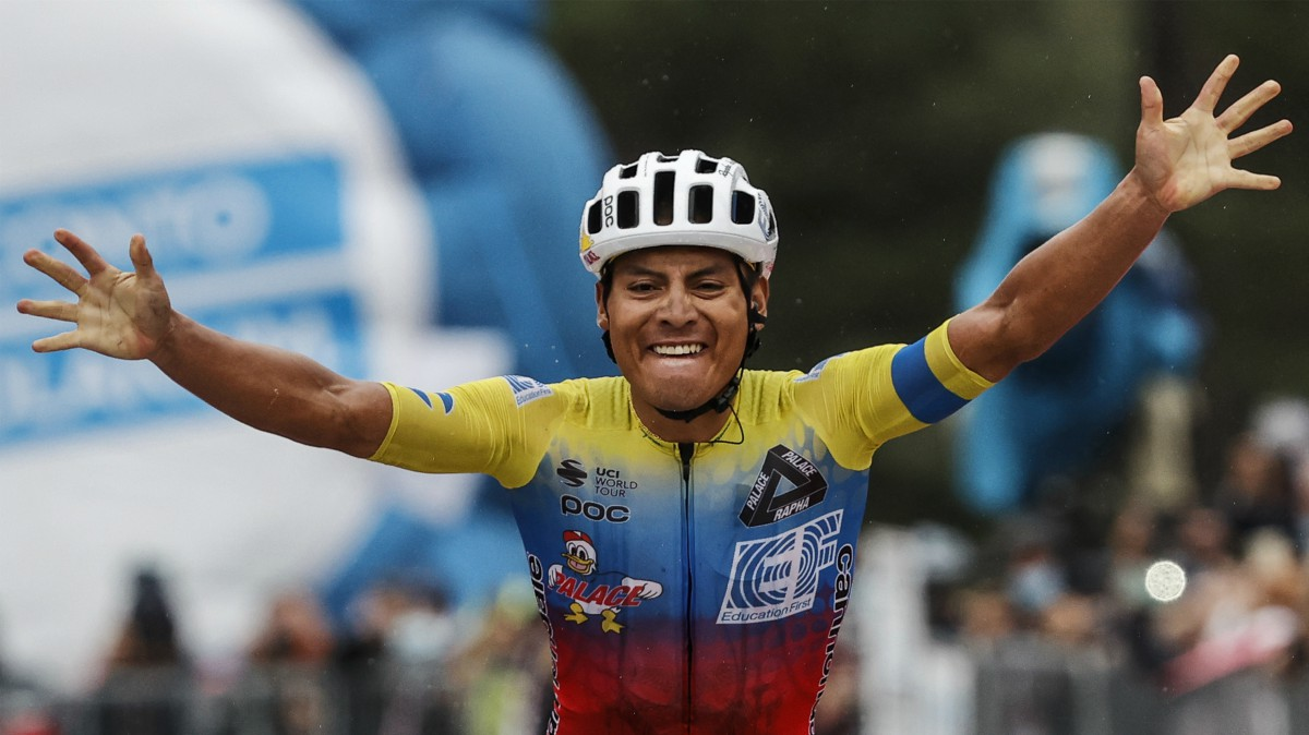 Caicedo celebra la victoria en el Etna. (AFP)