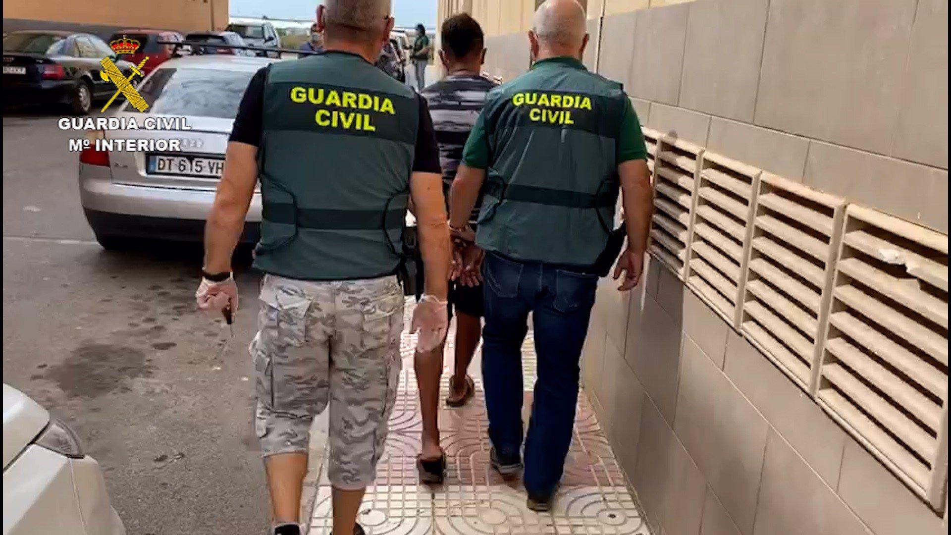 Un hombre es detenido por la Guardia Civil.
