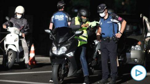Imagen de archivo de controles policiales de movilidad en el distrito de Puente de Vallecas, Madrid. (Foto- Europa Press)
