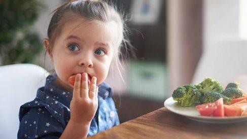 El estudio que revela que juegos y cuentos pueden hacer que la ingesta de verduras aumente en los niños