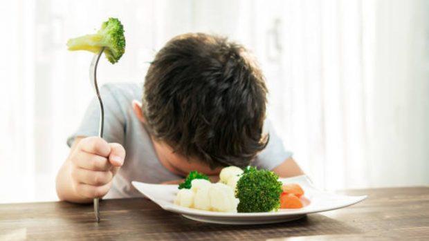 Los libros de cuentos y plantear juegos sensoriales podrían servir para aumentar la ingesta de verduras en los niños