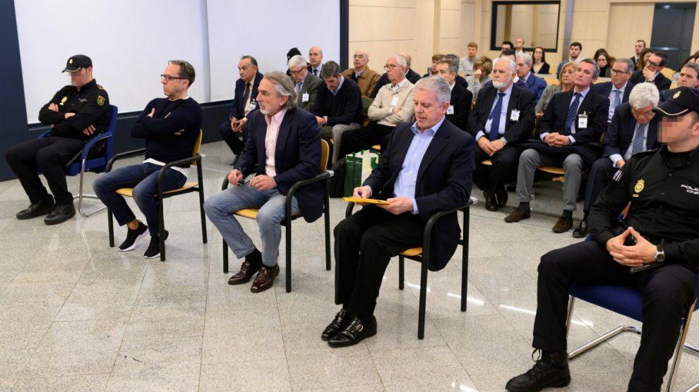 Los acusados al comienzo del juicio por la supuesta contratación irregular de una empresa de Gürtel. (Pool)