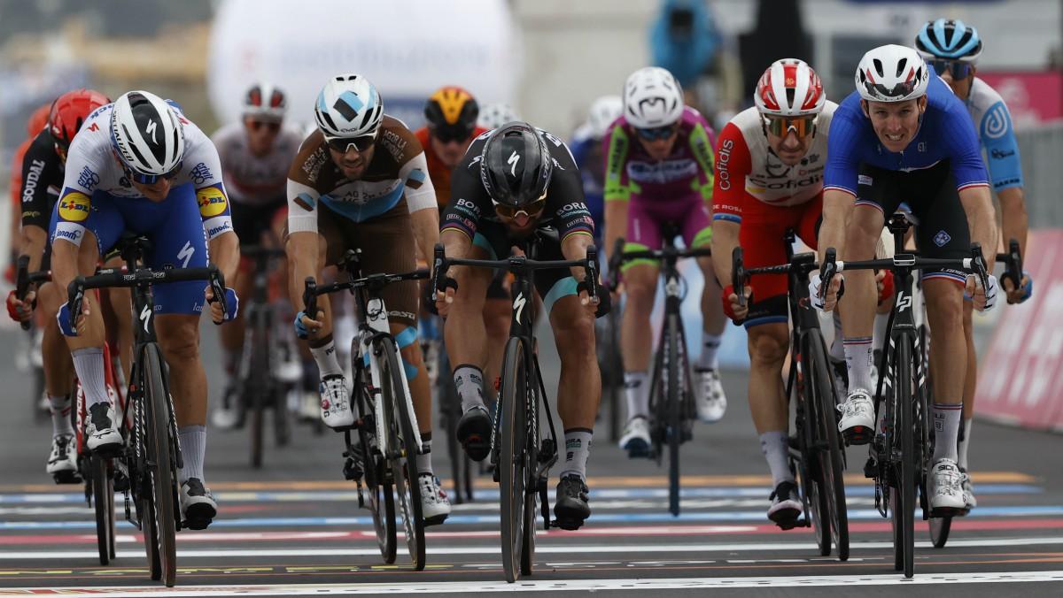 Demare (derecha) se impone por milímetros en el sprint. (AFP)