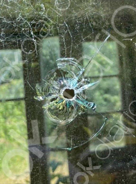 Impacto de bala en una ventana de la residencia campestre que Corinna posee en el Reino Unido, después de que un desconocido disparara este verano con un rifle contra su vivienda.