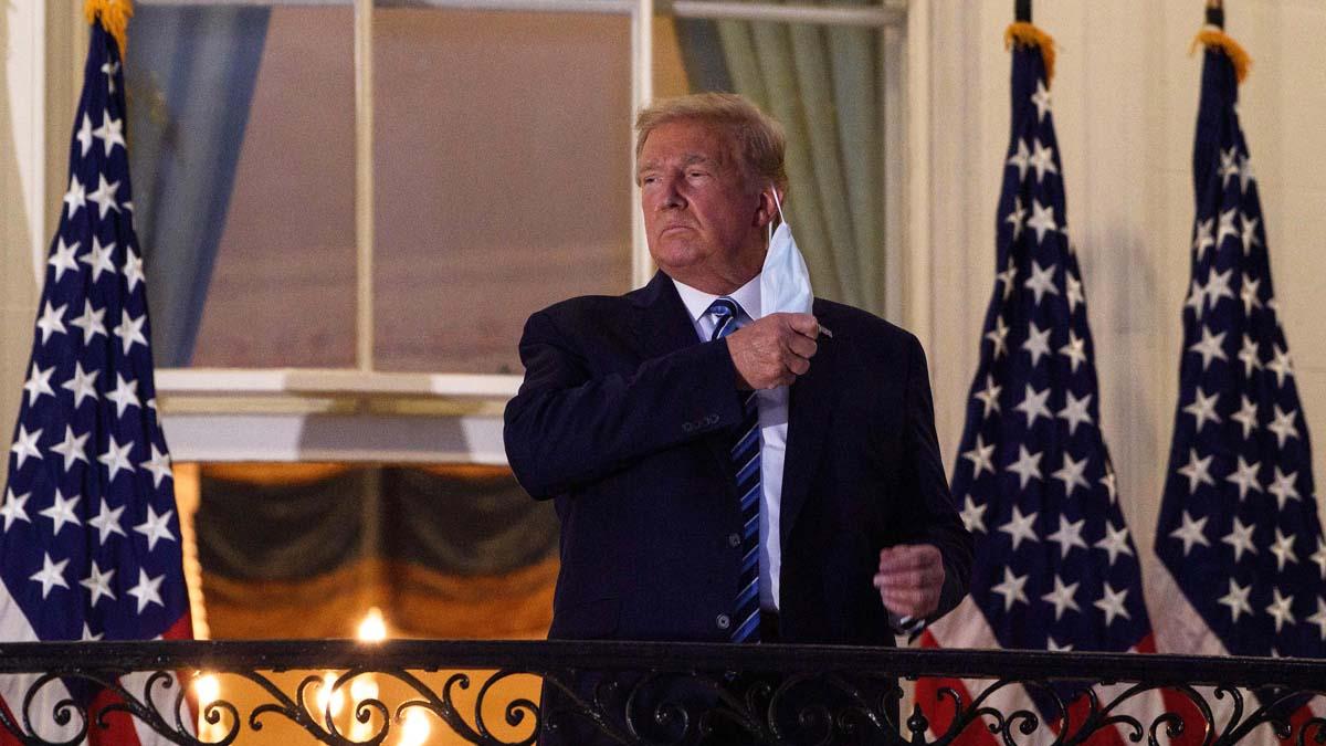 Donald Trump en la Casa Blanca quitándose una mascarilla (Foto: AFP)