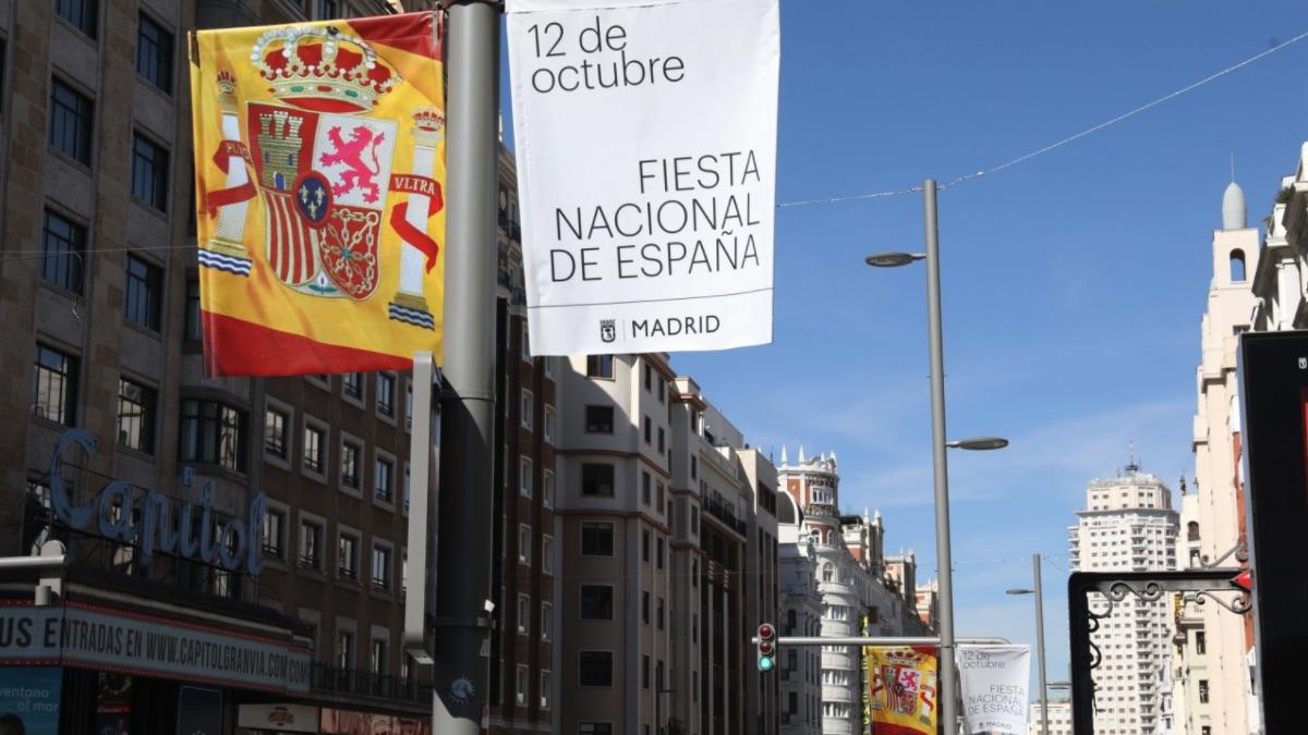 Banderas de España en la Gran Vía de Madrid.
