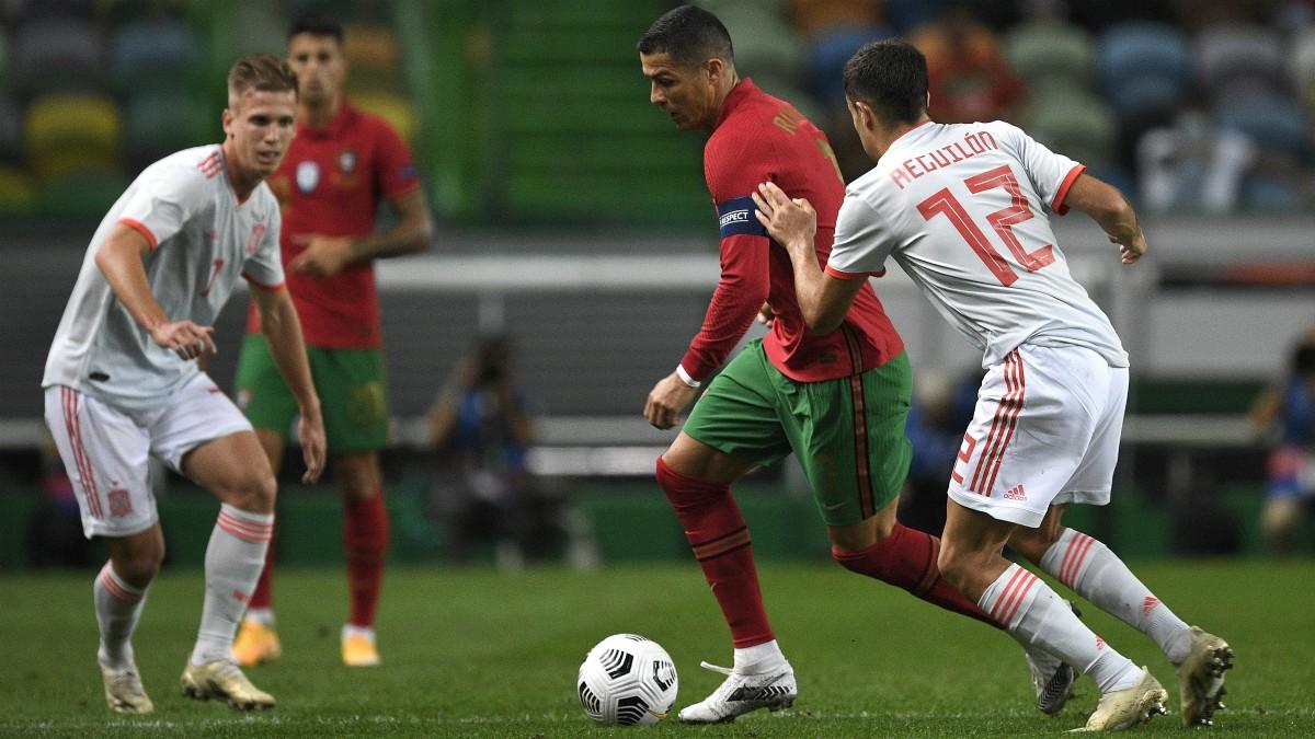 Cristiano controla la pelota en el Portugal-España. (Getty)